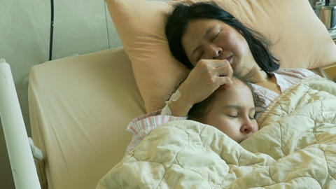 Tween child in hospital bed with sick mom Live影片