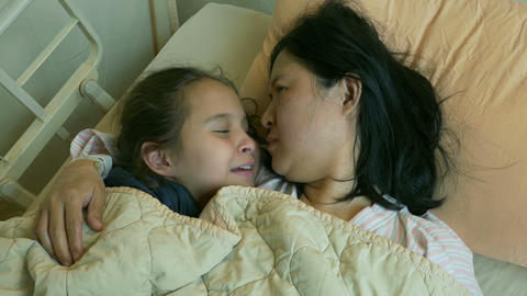 XHappy girl kissing mother in hospital bed Live影片