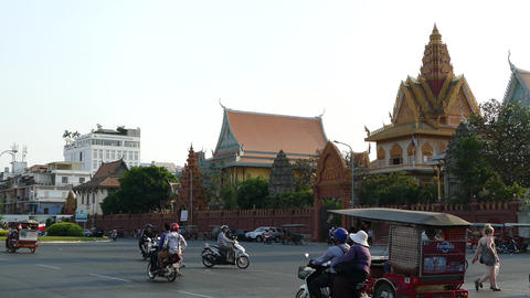 Busy traffic around Wat Ounalom at the riverside Footage