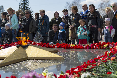 RUSSIA, Chita - MAY 9: Laying flowers at the eternal fire on celebration of Fotografía