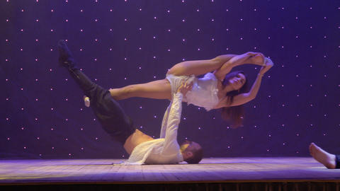 Beautiful performance with love story and acrobats on stage in theatre ビデオ