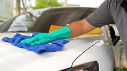 Man worker polishing car on a car wash Archivo