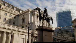 Pan from the Statue of Wellington and Bank of England to the Royal Exchange. Tak Footage