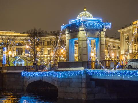 St. Petersburg, Russia - December 22, 2017: Night illumination of The Lomonosov Fotografía