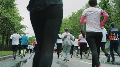 Legs in leggings of woman running marthon with athletes… Stock Video Footage