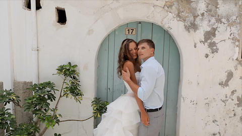 The bride and groom in front of wooden doors. photosession of the newlyweds Archivo