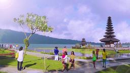 Tourists are walking near Ulun DanuTemple,Bali Archivo
