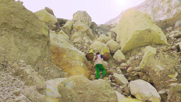Porter is carring a basket with sulfur,Ijen volcano Archivo