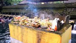 Smoking altar in Tirta Empul Temple,Bali Videos de Stock