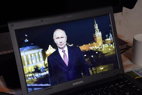Russian President Vladimir Putin on the laptop screen フォト