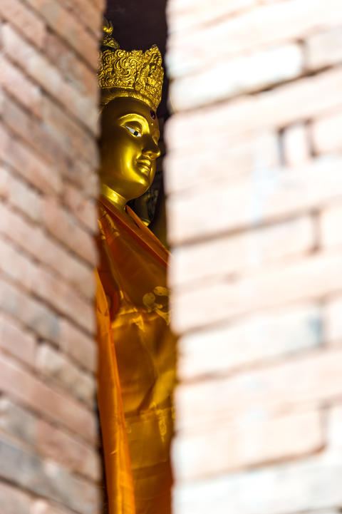 Golden Guanyin statue in Thai temple Fotografía