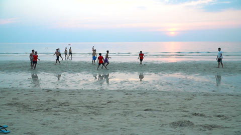 Young men playing football ビデオ
