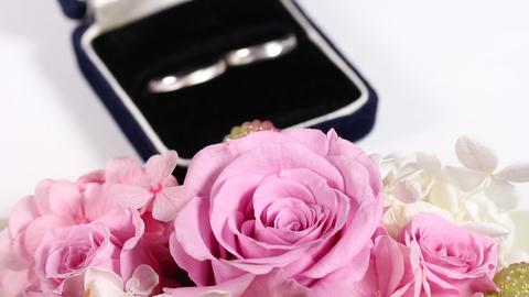 フラワーアレンジメントと結婚指輪 영상물