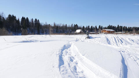 Man takes off on a snowmobile Archivo