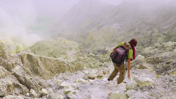 Travelling down to the crater of Ijen volcano,Java Videos de Stock