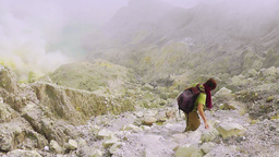 Travelling down to the crater of Ijen volcano,Java Archivo
