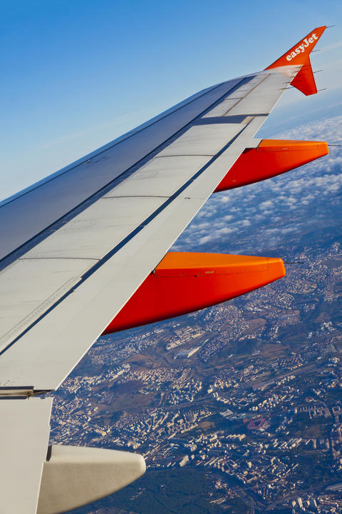 Airbus A320 operated by EasyJet flights over Lisbon Fotografía