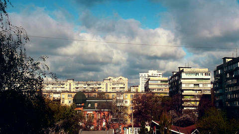 Time lapse with bubbling and boiling clouds moving over city with high rise ビデオ