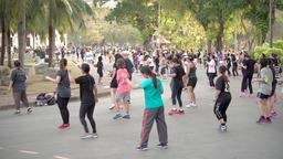 BANGKOK, THAILAND - CIRCA March 2017: Aerobics in Lumpini park. People doing Archivo