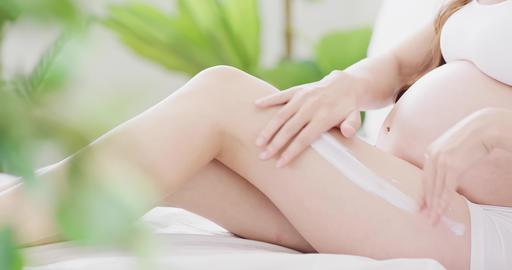moisturizing cream on woman leg Live影片