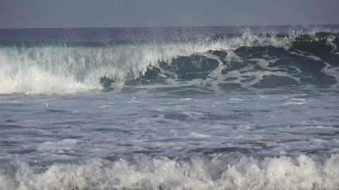 Large foamy waves in the Indian Ocean. Maldives video Archivo