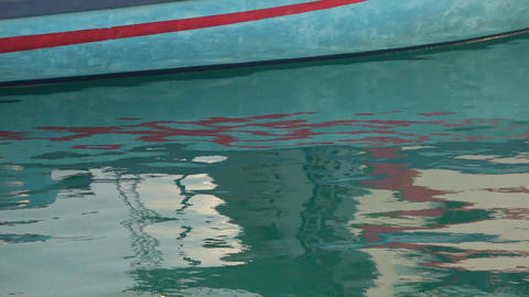 Reflection of the boat in the calm surface of the water. Indian Ocean video Archivo
