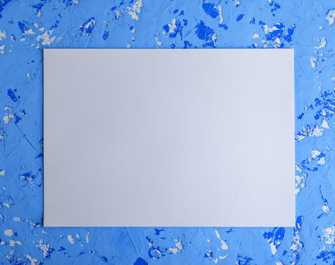 empty large white sheet on a blue cement wall Fotografía