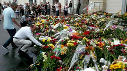 People place flowers at Dutch embassy in Kyiv Archivo