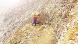 Sulfur porter in the crater of Ijen volcano,Java Videos de Stock
