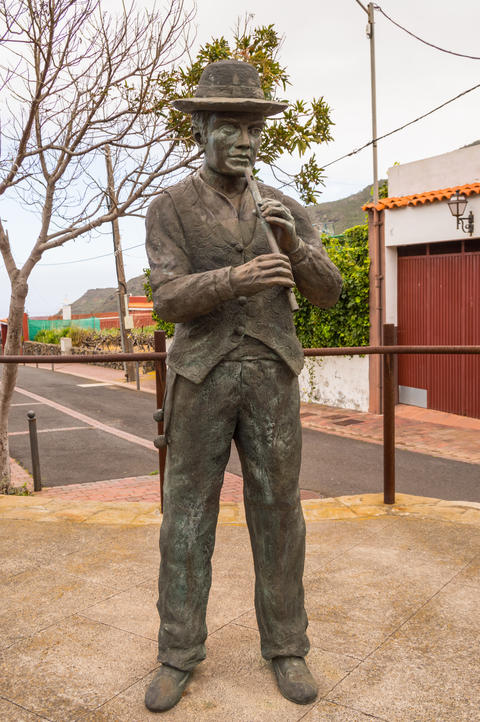 Bronze statue of a flute player in traditional Canarian clothes Fotografía