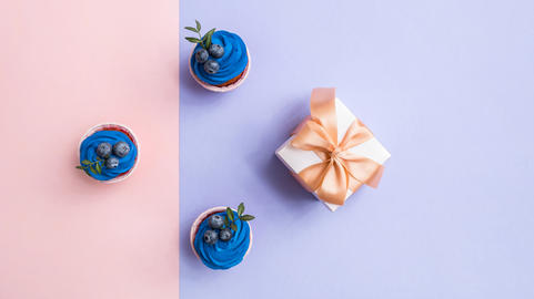 Cupcakes and gift box, top view フォト