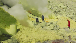 Workers extract sulfur in the crater of the volcano Ijen Filmmaterial