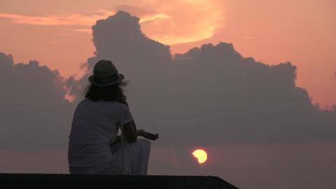 Girl on the coast Indian Ocean, sunset. Maldives video Archivo