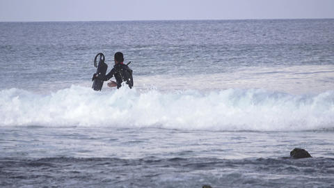 Figure of a man against a wave background. Maldives video Archivo