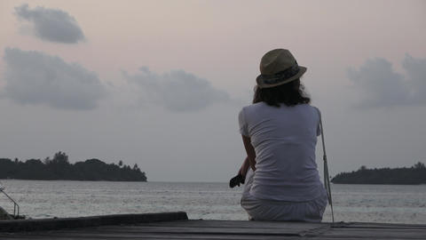 Girl is looking at the cloudy sky. Maldives video Archivo
