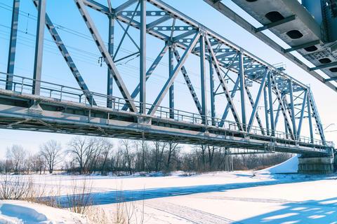 Railway bridge over the frozen river Fotografía