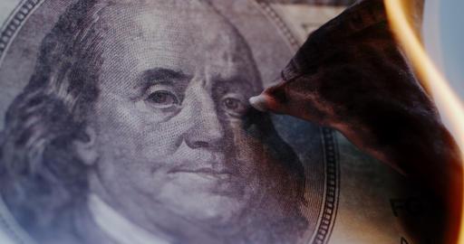 Hundred-dollar bill is on fire Archivo