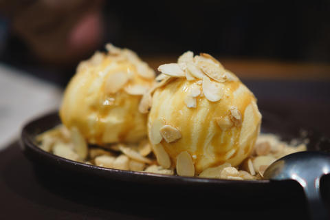 Vanilla ice cream with sliced almond Photo