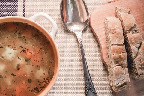 Ceramic saucepan with soup フォト