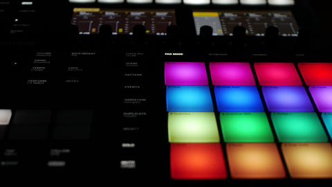 All-in-one music making professional audio workstation device - Maschine by ภาพวิดีโอ