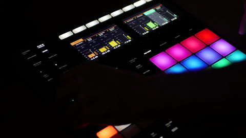 Producer working on digital beatmaker Maschine by Native Instruments - powerful ビデオ