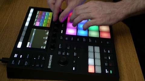 Producer using Maschine by Native Instruments to create music in professiona ภาพวิดีโอ