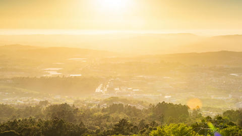 Sunset timelapse of sun rays over the Guimaraes ビデオ