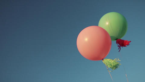 Color helium balloons in the sky ビデオ