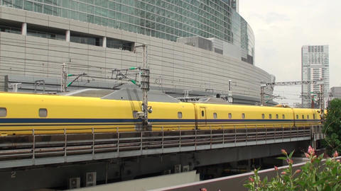 Doctor Yellow of the Shinkansen passes through the front of the transportation Live Action