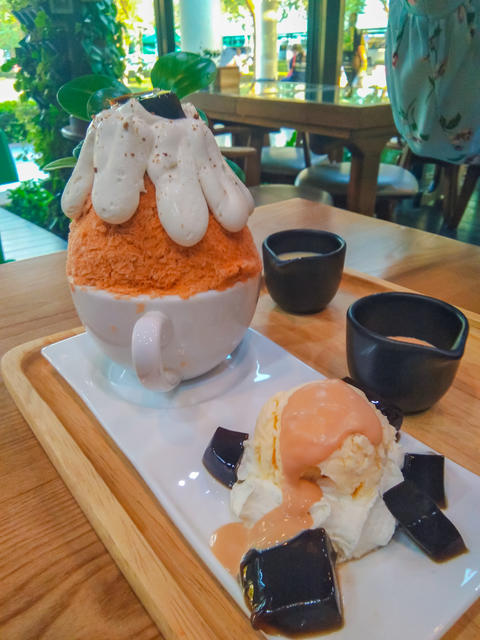 Bingsu spinach with sweet and fruity bites with delicious ingredients フォト