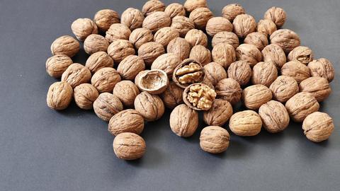 walnuts on a black background ライブ動画