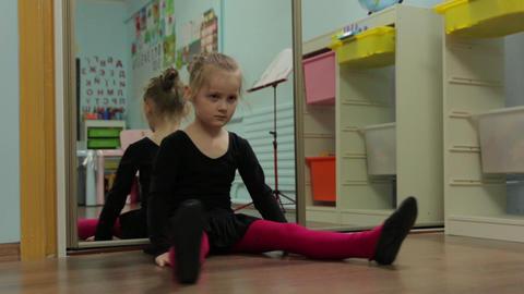 The Little Girl Ballerina Stretches Warmed ビデオ