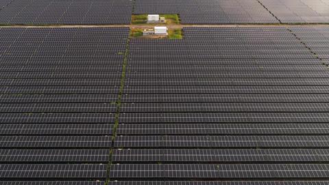 Aerial - Huge solar power plant ビデオ