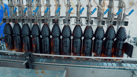 The production line of carbonated beverages. water and soda in bottles Archivo